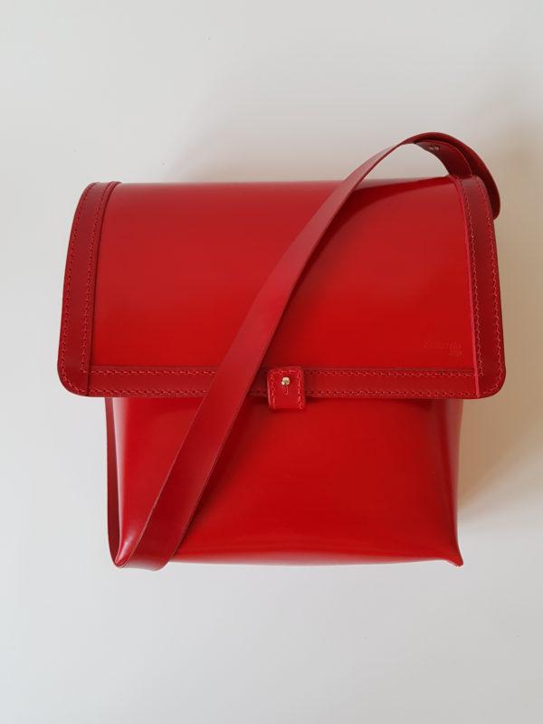 malá červená kabelka