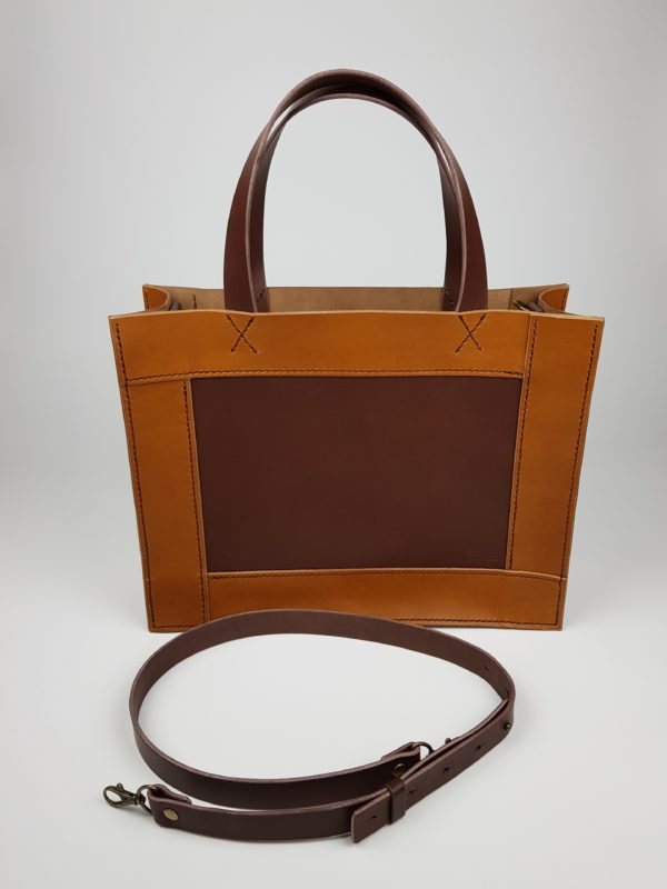 menší kožená kabelka